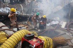 В Бангладеш на месте разрушения здания произошел пожар, помешавший спасательным работам